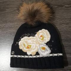 Купить белую шапочку. с меховым помпоном